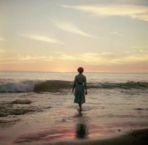 Contornos (086) Mujer en la playa 0