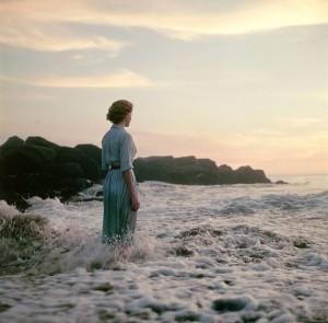 Contornos (086) Mujer en la playa 1