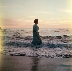 Contornos (086) Mujer en la playa 2