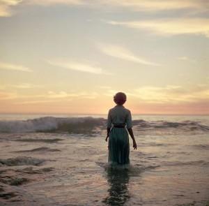 Contornos (086) Mujer en la playa 3