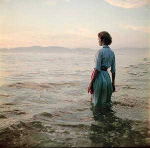Contornos (086) Mujer en la playa 4
