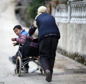 Contornos (162) Anciana transportando a su nieto 1